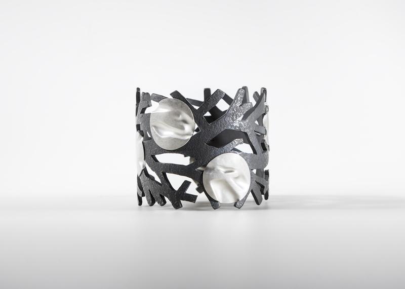 http://fabriceschaefer.ch/images/bracelet/fleur%20de%20peau_bracelet_fabrice%20schaefer.jpg